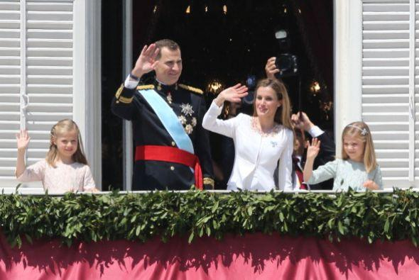 Felipe VI, la reina Letizia y sus pequeñas hijas saludan a los es...
