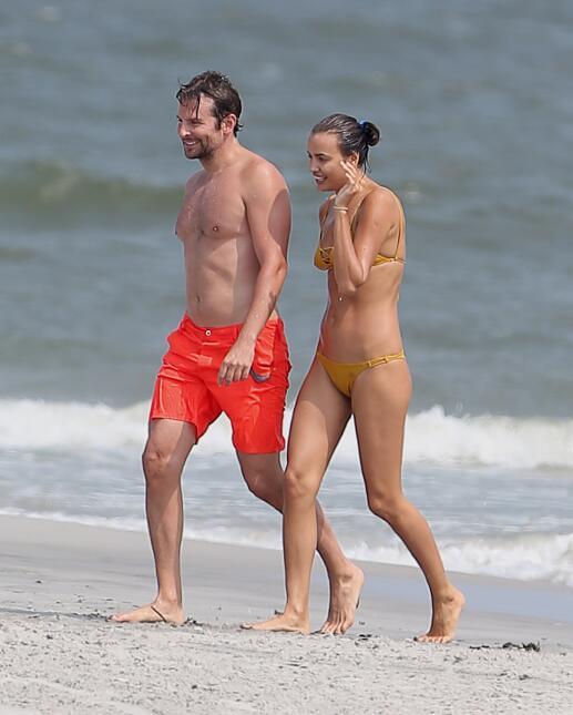 Irina Shayk y Bradley Cooper se divierten entre las olas del mar TID_BCA...