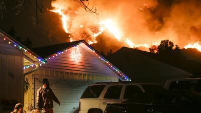 Un hombre se prepara para evacuar su hogar en la zona de Santa Paula, Ca...