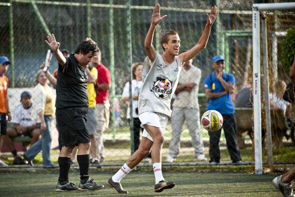 'Rebatida' es un deporte inclusivo, siendo jugado en las calles de Brasi...