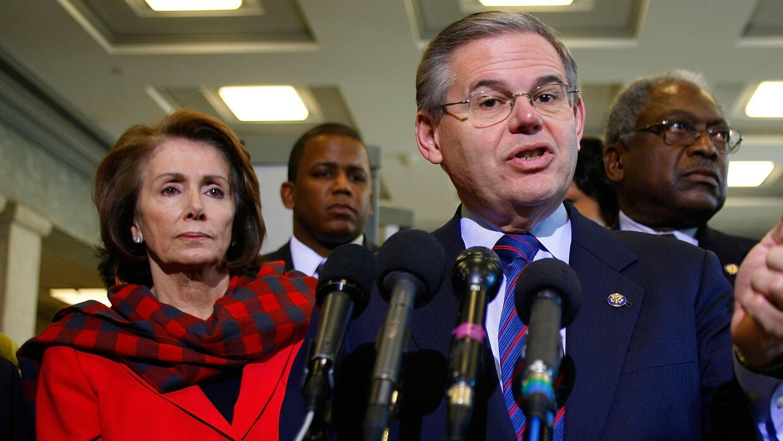 La congresista Nancy Pelosi (D-California) (izq.) y el senador Bob Menén...