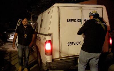 Policía de investigación mexicana llegando al lugar donde...