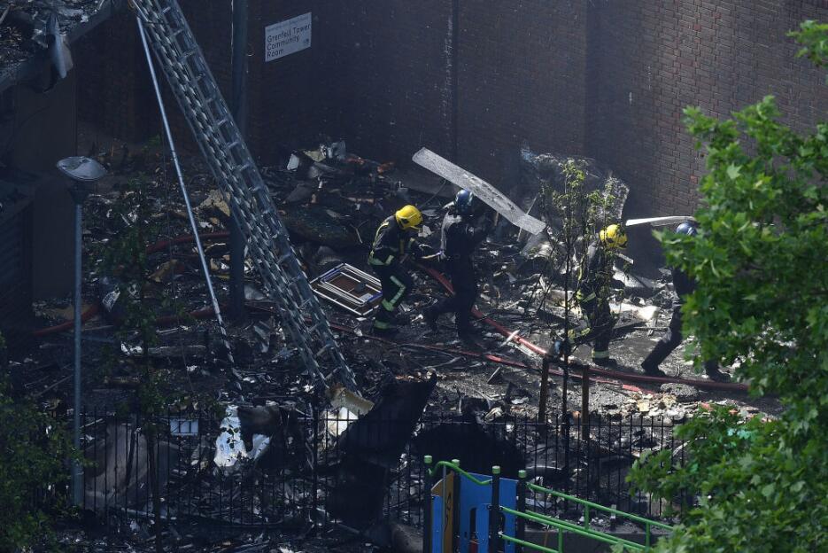 Varias piezas quemadas del edificio cayeron al suelo. En un principio ha...