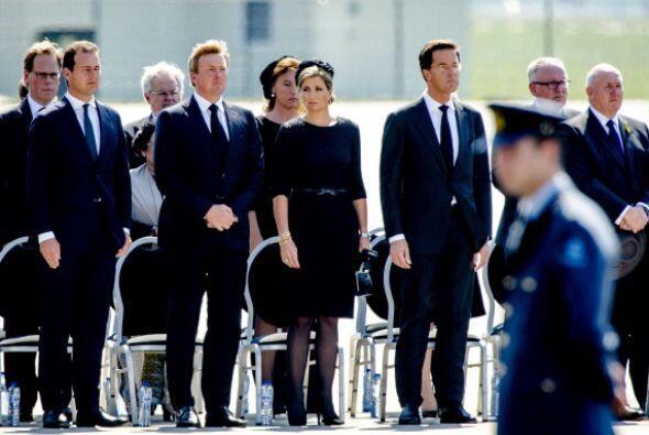 Holanda recibió hoy con honores militares y en una jornada de duelo naci...