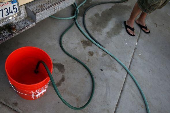 Quedan vigentes las restricciones que prohíben lavar automóviles con man...