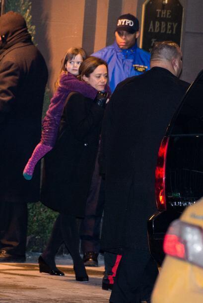 Mimi salió cargando a una de sus hijas. Más videos de Chismes aquí.