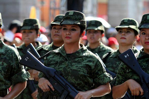 Las mujeres soldados también fueron participantes de este desfile. Aquí...