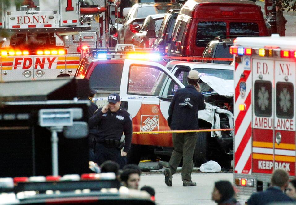 Investigadores rodean el vehículo que ocasionó los atropellos.