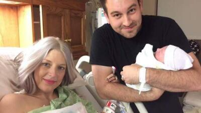 Megan, Nathan y Eilee Kate recién nacida. Megan pudo estar con su hija p...