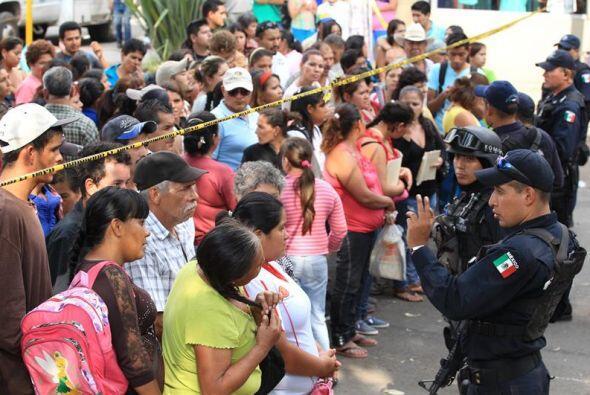 Decenas de personas han acudido al lugar en busca de sus familiares.