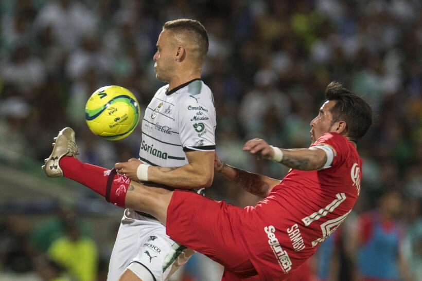 Santos acerca al infierno al Toluca y se lleva la gloria tras ganar 2-1...