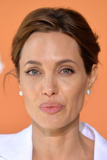 Angelina contra la violencia sexual en el mundo.  Aquí los videos más ch...