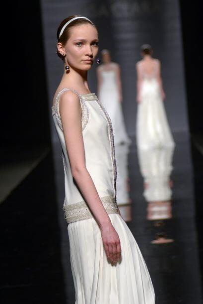 CLARISA: El vestido de satén en color marfil bordado con pedería es una...