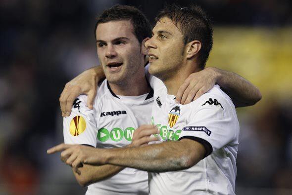Joaquín hizo dos goles y el Valencia ganó 3-0 para tomar el liderato de...