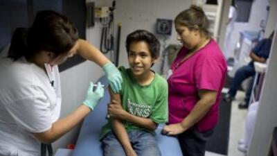 Las autoridades insisten en que quienes no están vacunados deben acudir...