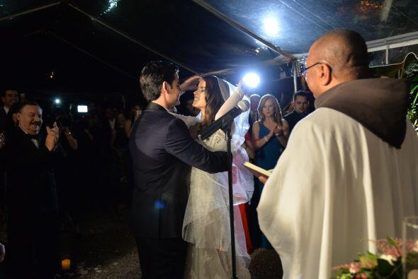 Jorge levantó el velo que cubría el rostro de su hermosa novia.