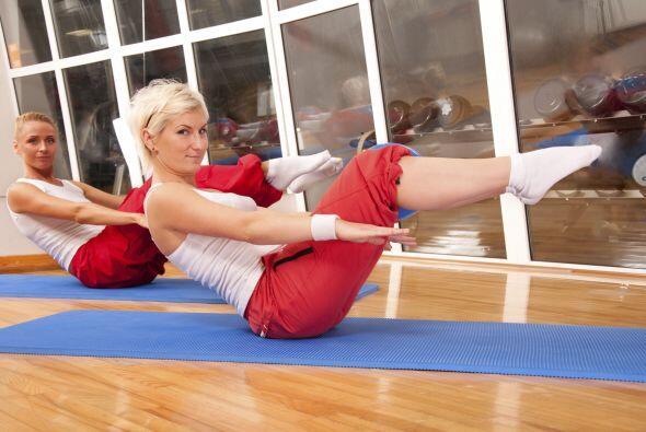 Es importante que juntes bien las rodillas y aprietes al abdomen, ahora...