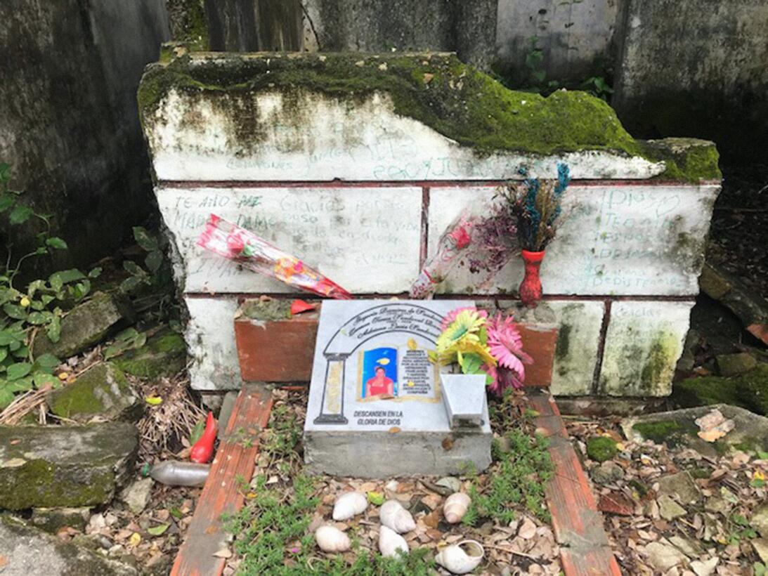 Algunas de las tumbas también lucen descuidadas por el paso del tiempo.