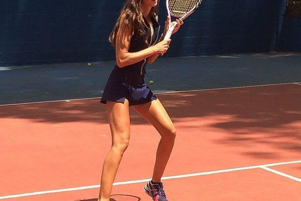 Actividades como el tenis la ayudan bastante para la tarea de combatir e...
