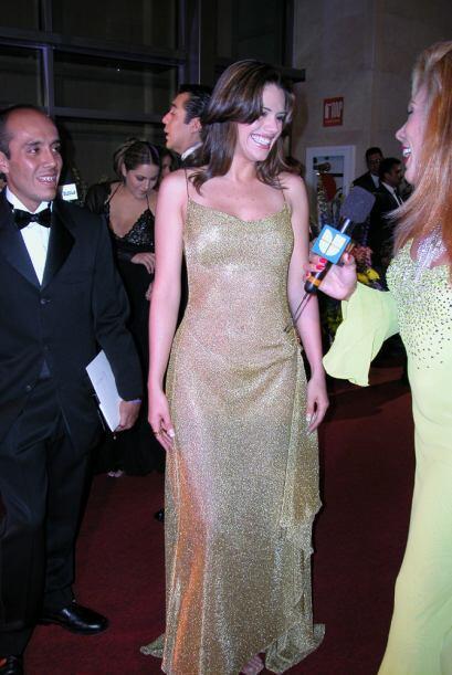 Su sonrisa es encantadora pero sus atributos no son pocos y este vestido...