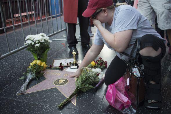 Aficionados del fallecido actor Robin Williams dejaron flores y velitas...