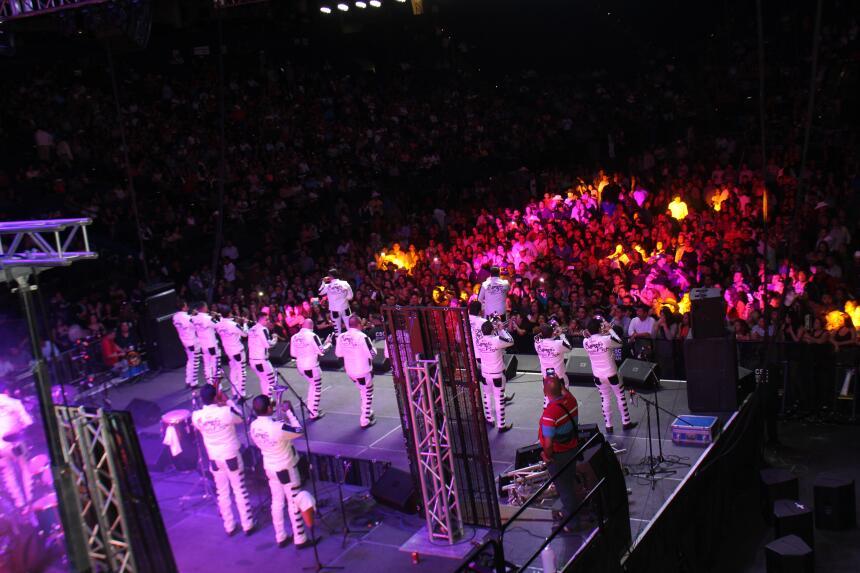 ¡Los Inquietos del Norte inaguraron el primer concierto/baile en el Orac...
