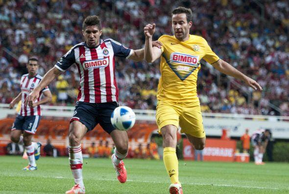 Jair Pereira, quien ha tenido errores graves en la parte baja de Chivas,...