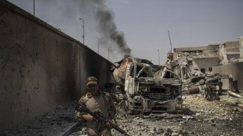 Un soldado iraquí en una calle de Mosul mientras las fuerzas esta...