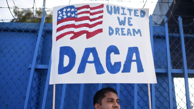 Activistas proinmigrantes y abogados recomiendan a los dreamers protegid...