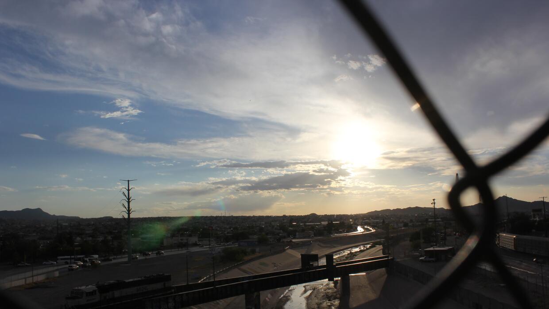El Río Grande, que separa El Paso (a la derecha) y Ciudad Juárez (a la i...
