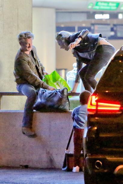 Mira más fotos de Sean y Charlize con el nene en el aeropuerto de Los An...