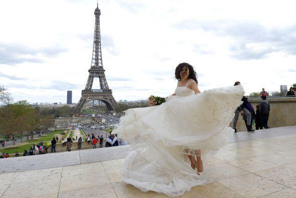 Muchas personas escogen lugares emblemáticos como la torre Eiffel en Par...