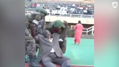 'Epic Fail': político de Uganda hizo el ridículo tras caerse luego de patear un balón de fútbol