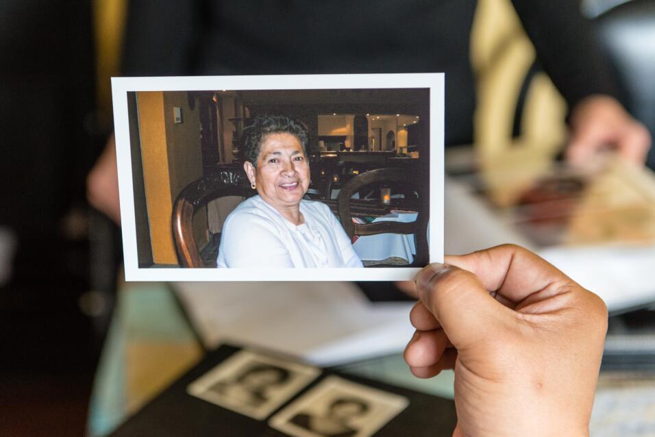 Mario Yanes contempla una foto de su madre pocos días antes de ser diagn...