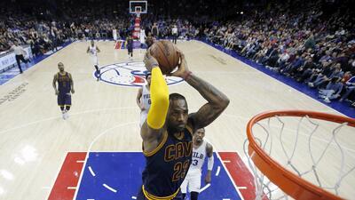 LeBron James, de los Cavaliers de Cleveland, se eleva para clavar el bal...