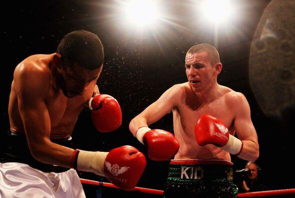 Peter McDonagh (verde con negro) enfrentó a Curtis Woodhouse (blanco) en...