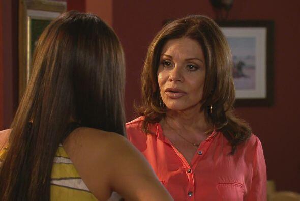 Natalia le dice a su madre que sabe lo que sucede entre su padre y Yago,...