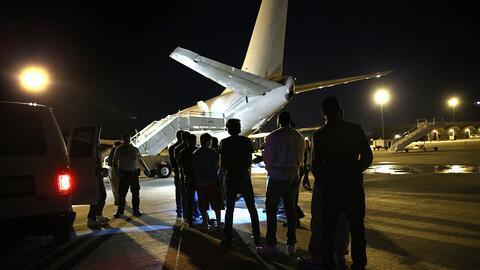 Inmigrantes esperan para ser deportados por el Servicio de Inmigraci&oac...