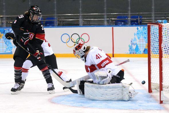 En hockey femenino, Canadá inicio con éxito la carrera hac...