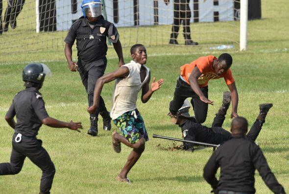 Por los que la policía tuvo que entrar al campo para retirar a los cient...