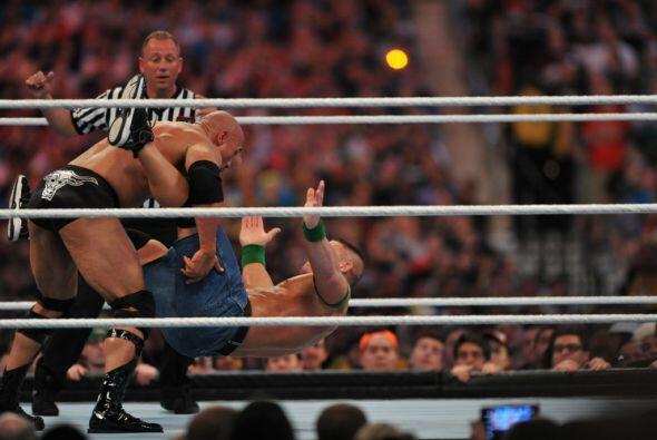 Ambos luchadores intentaron sus mejores llaves y movimientos.