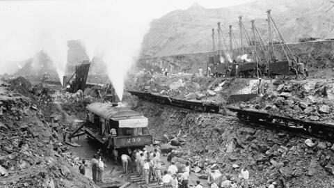 Imagen de 1913 de un tren excavando en el Canal de Panamá.