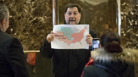 El político mexicano Gerardo Fernández Noroña muestra un mapa de Estados...
