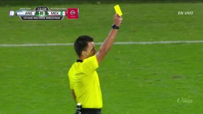 Tarjeta amarilla. El árbitro amonesta a Luis Rodríguez de Mexico