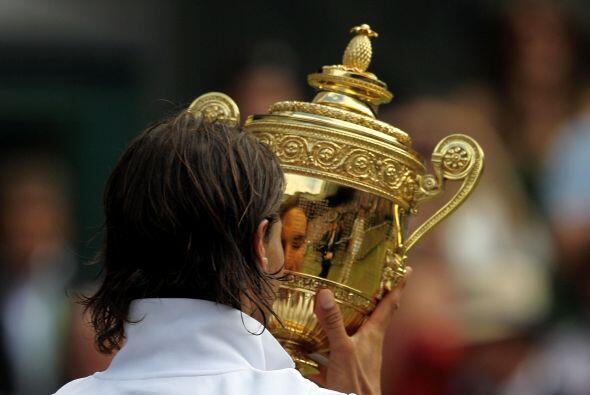 Para Rafael, su segunda copa de campeón de Wimbledon fue el octavo títul...