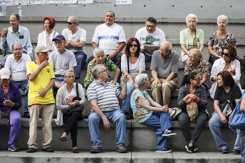 Filas desde la madrugada en Caracas 636358119326193047w.jpg