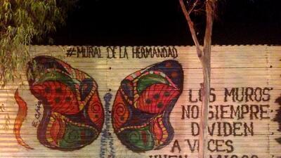 Usan la frontera como lienzo para crear 'El Mural de la Hermandad'