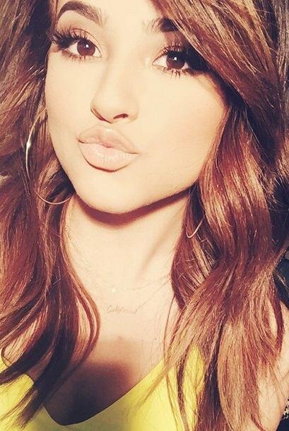 No cabe duda, Becky G es de lo mejor y dando besos es la sensación.