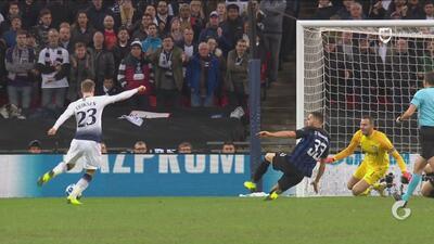 Con un potente remate, Christian Eriksen abre el marcador y le da la ventaja al Tottenham