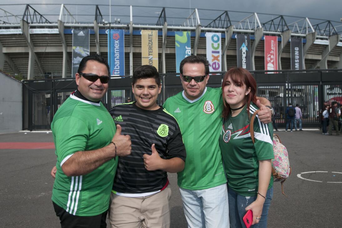 Aficionados de México y Honduras se dieron cita en el Estadio Azteca par...